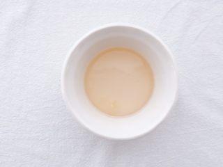 小夏日水果沙拉盘,将白砂糖倒进平底锅里,煮成糖浆,装在碗里放凉挤入柠檬汁