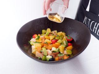 小夏日水果沙拉盘,把水果、糖浆等搅拌均匀后,盖上保鲜膜,放冰箱冷藏2小时左右