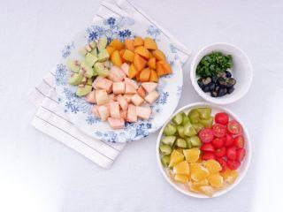 小夏日水果沙拉盘,所有水果削皮切块,薄荷叶切碎备用