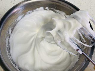 蜂蜜松饼🥞,提起打蛋器这样直直的尖角就可以了。