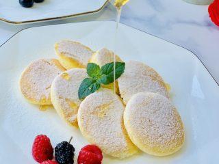 蜂蜜松饼🥞,出锅的松饼🥞撒上糖粉,淋上我最爱的蜂蜜。