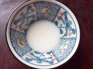 枣泥核桃糖,淀粉加水调匀,备用