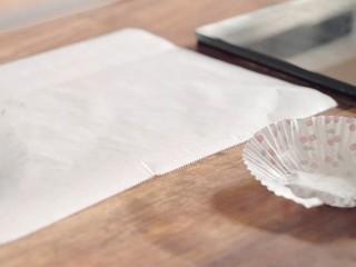 枣泥核桃糖,准备一张烘焙纸,铺在桌子上,备用