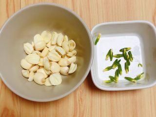 鲜荷叶百合莲子粥(清热解暑),将鲜莲子的莲心取出来,莲心苦,败火。能吃的友友可以一起煮,我放弃了莲心。