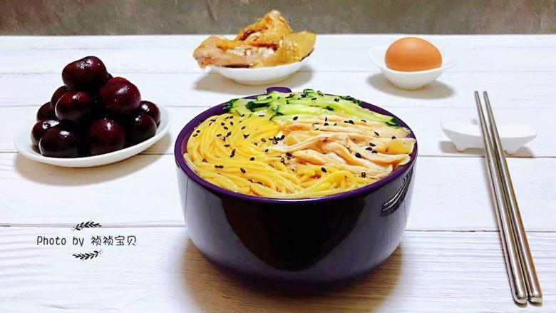 鸡丝青瓜凉面,搭配鸡蛋、烧鸡、樱桃🍒就是营养标配的早餐
