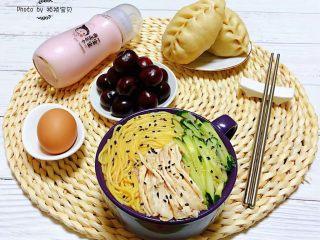 鸡丝青瓜凉面,早餐当然少不了主食大肉包子和酸奶的搭配噢
