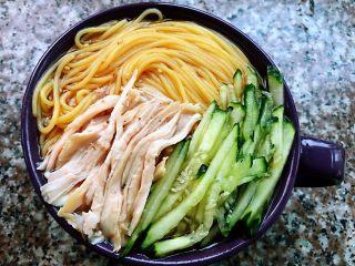 鸡丝青瓜凉面,玉米面条上面摆上鸡丝和青瓜丝