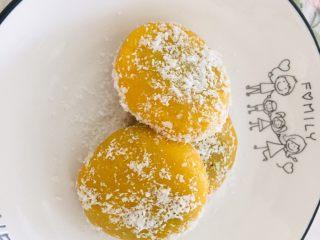 椰蓉黄金饼,出锅撒上椰蓉,咬一口~满满的都是爱