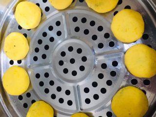 椰蓉黄金饼,笼屉刷油,码好南瓜饼,上气(开锅)蒸7到10分钟