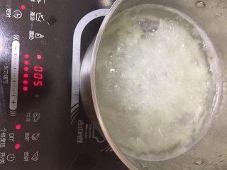 百合银耳莲子羹,大火煮开后,煮5分钟,然后中火煮30分钟,