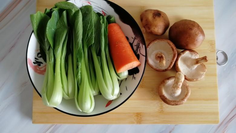 香菇油菜,准备好所有的食材,洗净备用,<a style='color:red;display:inline-block;' href='/shicai/ 115'>油菜</a>去掉老叶,在根部切十字刀