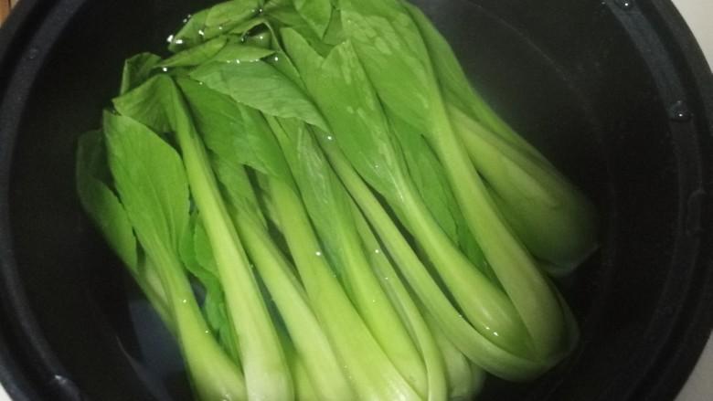 香菇油菜,锅中烧开水,先加一点盐,再加入油菜焯水