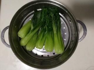 香菇油菜,把焯水后的油菜捞起来,过一下凉水