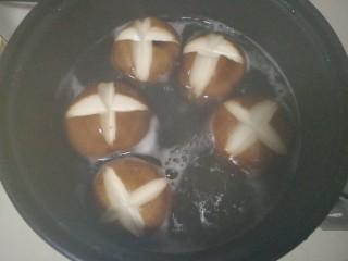 香菇油菜,锅里烧开水,加入香菇焯水