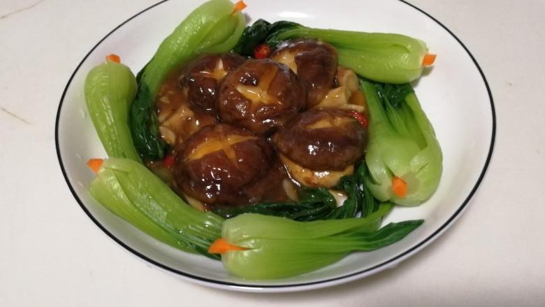 香菇油菜,装入摆好油菜的盘中,就可以开吃啦!