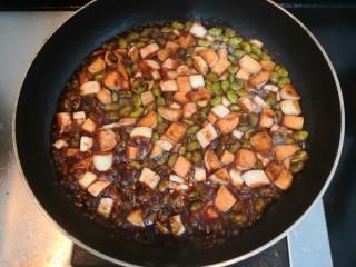 糖醋茭白豆仔,烧煮至汤汁浓稠,即可盛出
