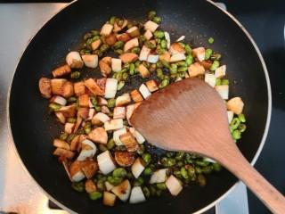 糖醋茭白豆仔,翻炒均匀,大火烧煮