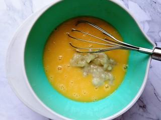 香蕉燕麦马芬蛋糕,接着倒入香蕉泥,继续搅拌均匀