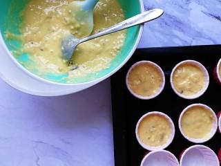 香蕉燕麦马芬蛋糕,搅拌好的蛋糕糊舀入纸杯内,8分满即可