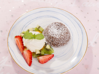"""""""冰火两重天""""的巧克力熔岩蛋糕,越吃越上瘾!,将烤好的巧克力熔岩倒扣在碗中,装饰上水果,再挖一大勺香草冰淇淋,巧克力熔岩就做好啦,开吃咯~"""