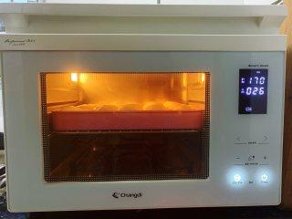 酸奶小餐包,放入预热至170度的烤箱中层,上下火烘烤15-20分钟,烤至表面色泽金黄即可出炉。