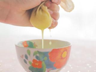 一分钟get向往的生活中黄老师同款姜汁撞奶,好吃到舔碗!,碗上放一块纱布包裹,挤出30ml姜汁备用。