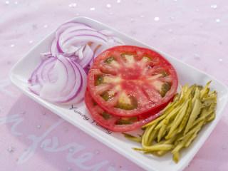 吃腻了普通的三明治?那你一定要试试这款浪漫的法式三明治!,洋葱切丝,番茄切片,酸黄瓜切丝。