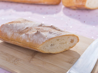 吃腻了普通的三明治?那你一定要试试这款浪漫的法式三明治!,法棍斜切后再从中间剖开。