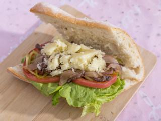 吃腻了普通的三明治?那你一定要试试这款浪漫的法式三明治!,在法棍的夹层中放入生菜,番茄,酸黄瓜丝,洋葱牛肉,最后撒上马苏里拉芝士碎