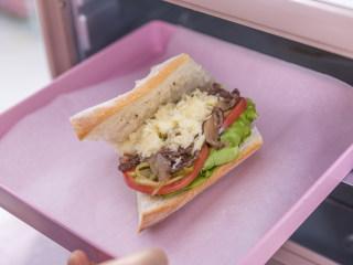 吃腻了普通的三明治?那你一定要试试这款浪漫的法式三明治!,将法棍放入烤箱,180度,5分钟,芝士融化即可