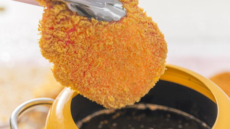猪猪这么可爱,必须要吃它!,锅内倒油,油温至180度时,放入猪排,炸至表面金黄即可