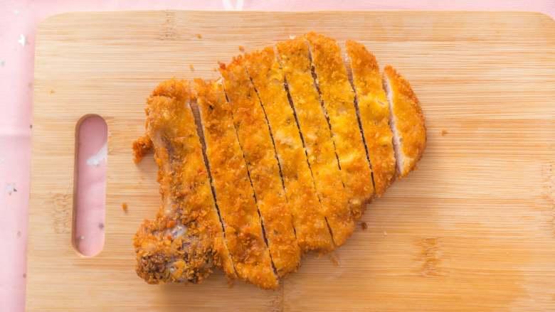 猪猪这么可爱,必须要吃它!,将炸好的猪排均匀的切开