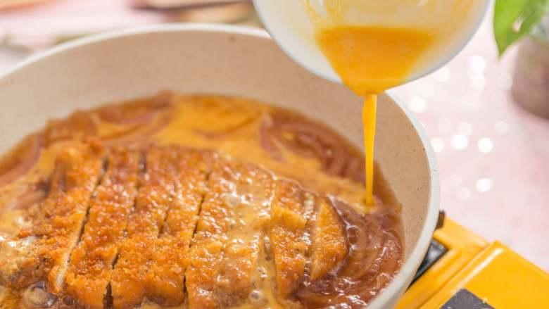 猪猪这么可爱,必须要吃它!,放入切好的猪排,取两个鸡蛋打成蛋液,将蛋液倒入锅内,盖上锅盖,让蛋液凝固
