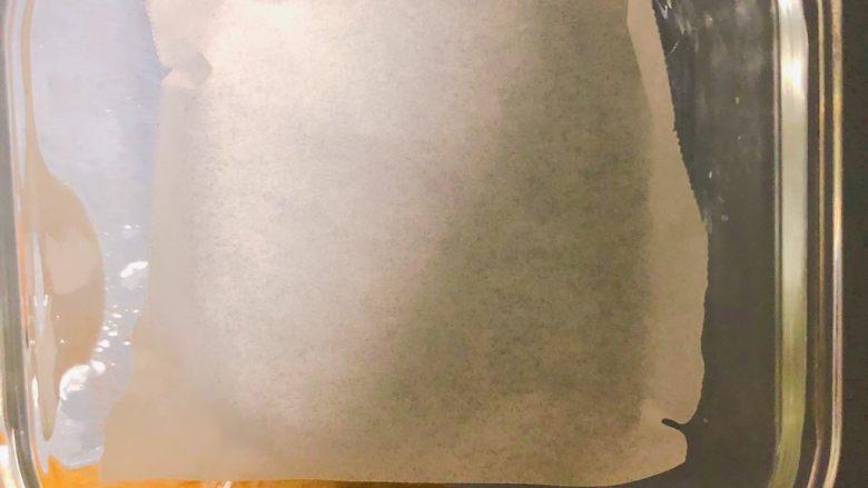 补钙鲜嫩虾糕,硅油纸垫入容器内。