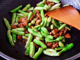 白豆角焖面,大火继续把所有食材调料,翻炒均匀。