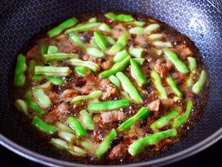 白豆角焖面,锅中加入适量的清水后烧开。