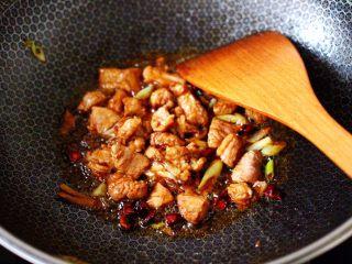 白豆角焖面,大火继续翻炒至猪肉断生变色。