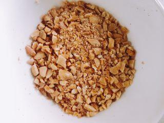 南瓜糯米夹心饼,准备花生芝麻馅,熟花生去皮敲碎