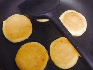 南瓜糯米夹心饼,注意小火,煎的过程用铲轻压饼