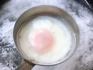 云吞辛拉面,鸡蛋大约煮6分钟左右即可取出享用
