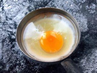 云吞辛拉面,锅中烧开水汤勺涂抹一层油放入适量开水再打入一个鸡蛋开始新方法煮荷包蛋