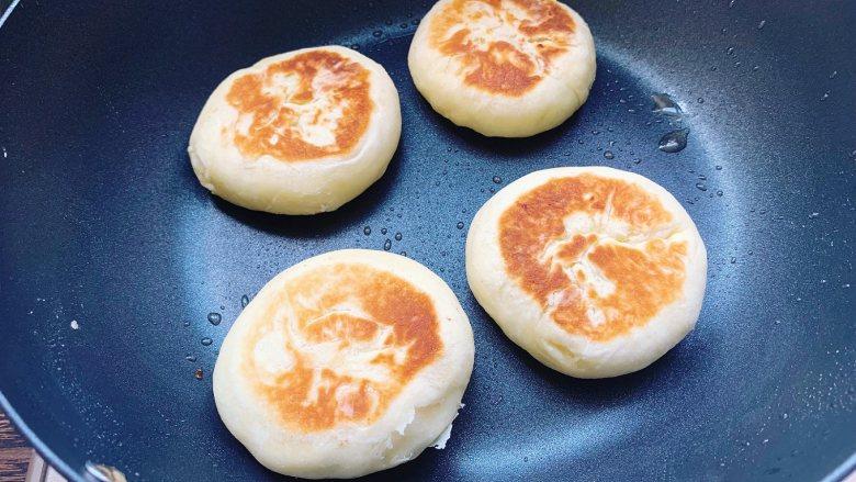 发面豆沙油酥饼,平底锅里刷上薄薄的一层食用油,油热后放入豆沙油酥饼,小火烙至两面金黄即可出锅,烙熟的油酥饼两面都会鼓起,饼起酥就好了。