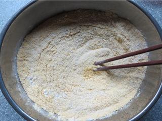 奶香窝窝头,将除小苏打以外的所有原料放入一个大点的容器内,用筷子搅拌均匀;