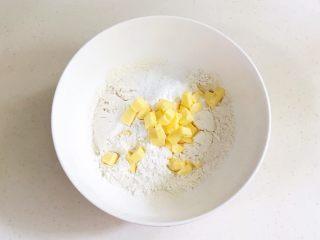 香肠时蔬司康,碗里放入低筋面粉、细砂糖、盐和泡打粉和黄油。