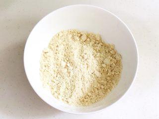 香肠时蔬司康,用手把黄油和其它粉类混合搓成屑状。