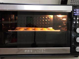 香肠时蔬司康,入预热好的烤箱中层,上下火170度20分钟。