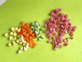 香肠时蔬司康,香肠、毛豆、胡萝卜和玉米粒切碎。