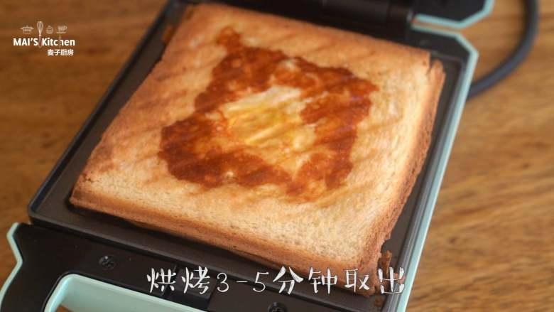 【窝蛋芝士吐司】营养又美味的懒人早餐!,烘烤3-5分钟取出,根据自己喜好的鸡蛋成熟度可延长烘烤时间。