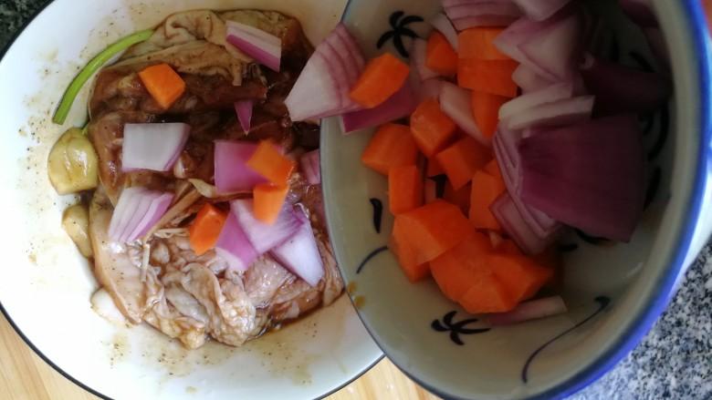 黑胡椒鸡扒,放入切好的洋葱和胡萝卜粒