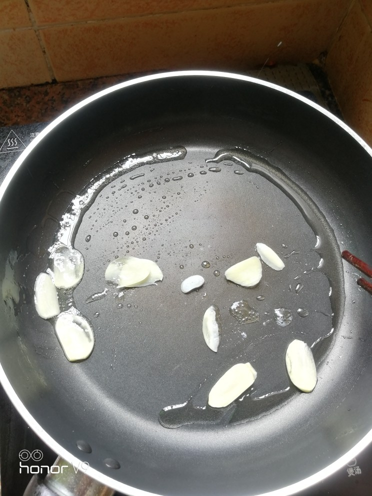 黑胡椒鸡扒,放蒜片,提香。